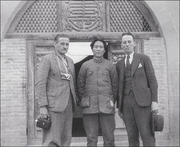 Walter BOSSHARD avec MAO Zedong et Archibald T. STEELE (à droite), Yan'an, 1938