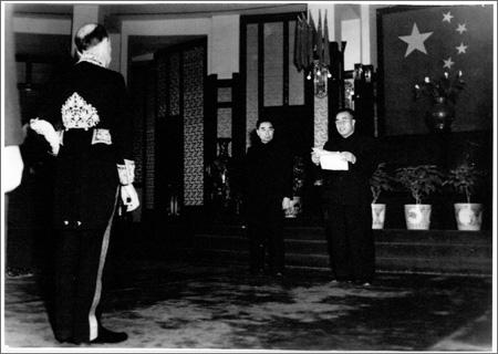 Archives - Photographie - M. Clemente REZZONICO, envoyé pour ouvrir la Légation de Suisse à Beijing, présente ses lettres de créance à M. ZHOU Enlai, premier ministre et ministre des Affaires étrangères, et au maréchal ZHU De, commandant en chef de l'Armée populaire de libération. 28 décembre 1950.