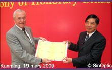 Cliquer sur l'image pour l'agrandir - Kunming, le 19 mars 2009 - M. Elmar LEDERGERBER, maire de Zurich, reçoit son titre de citoyen d'honneur des mains de M. QIU He, secrétaire du PC de la Municipalité de Kunming